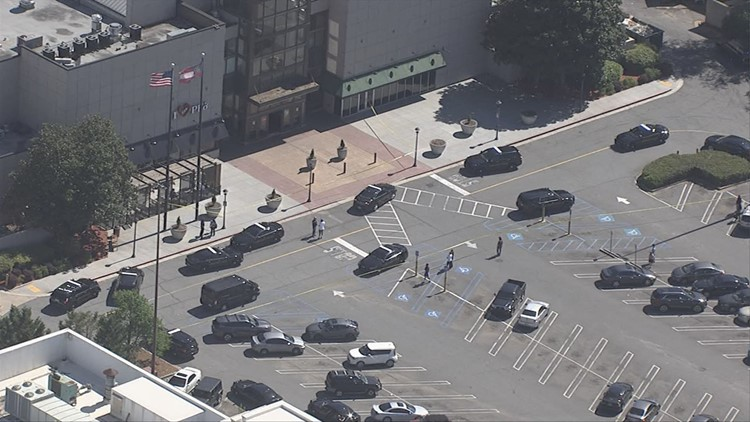 Jewelry store at Town Center mall robbed; Cobb Police looking for suspects