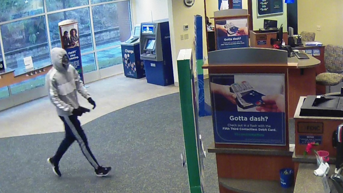 Man gets away with cash from armed bank robbery