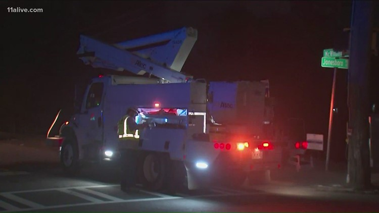 Woman crashes into utility pole, dies on Jonesboro Road