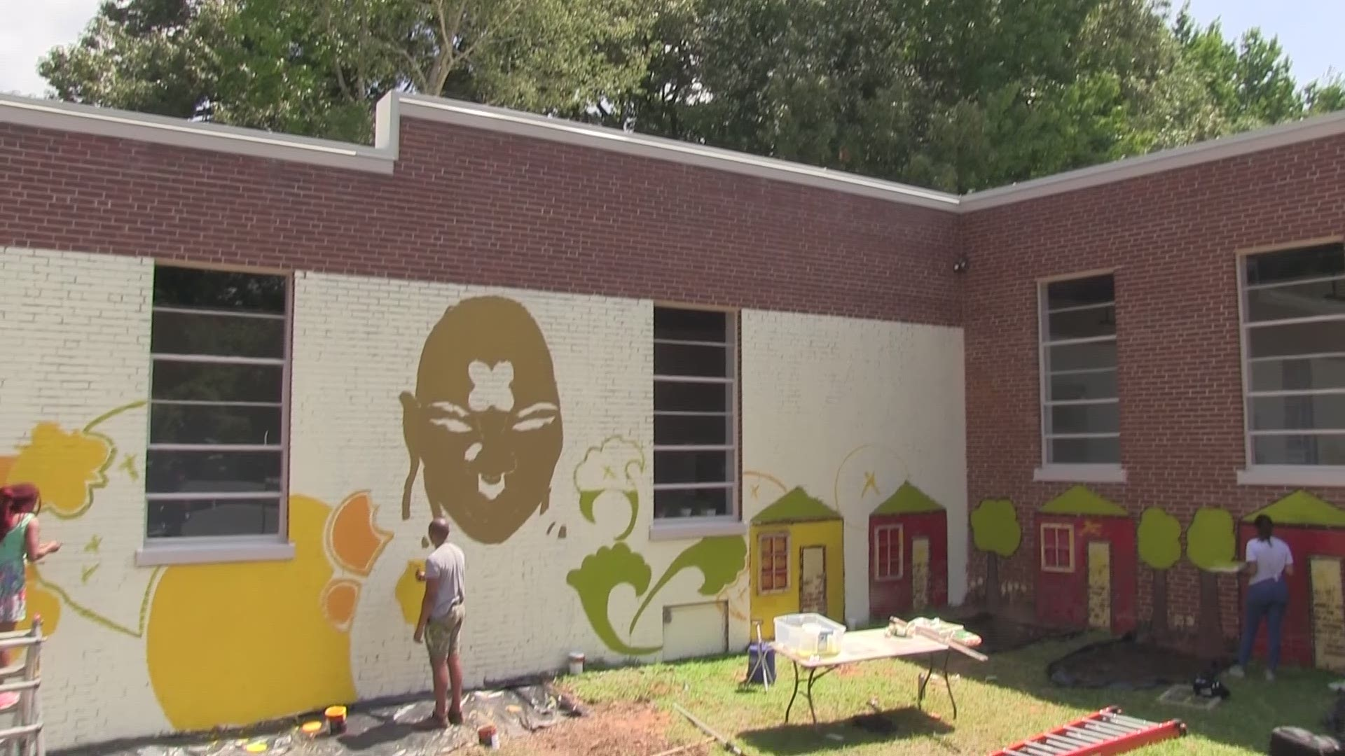 Rising' mural artist gives students an off-the-wall experience | 11alive.com