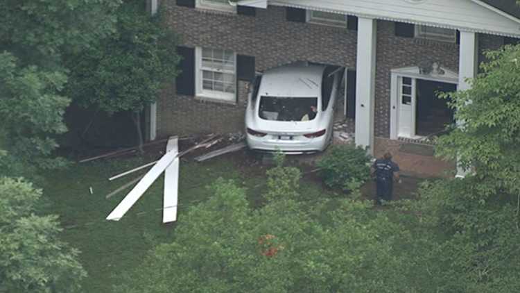 Delivery driver runs through home in Dunwoody